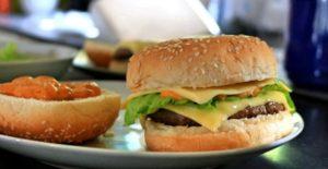 Leckere Burger und Pommes mit Byodo
