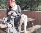 Cozy  Living – graue Strickdecke im skandinavischen Stil